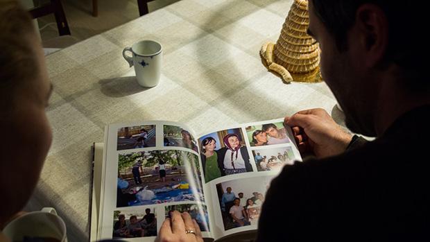 Bilder og minnebøker er viktige når en bor langt unna hjemlandet. FOTO: IVAR ARNE NORDRUM / NRK