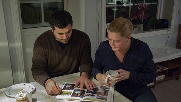 Både Hakan og kona Marte har nære bånd til Tyrkia. FOTO: IVAR ARNE NORDRUM / NRK